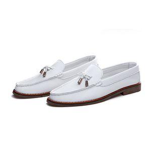 Mocassins Finsbury pour homme en cuir noir. Cette paire de mocassins Finsbury est un grand classique de la marque. Ces chaussures sans lacet sont à la fois chics et élégantes. Que ce soit pour le week-end ou pour le travail, ces mocassins conviennent aux cous de pied moyennement développés.