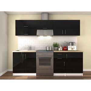 La cuisine complète OBI coloris laqué noir haute brillance est composée de 7 éléments pour une longueur totale de 2,4 mètres. Elle comprend 1 meuble sous-évier, 2 meubles bas, 1 meuble sur-hotte et 3 meubles hauts. Les façades sont laquées sur MDF 16mm, e