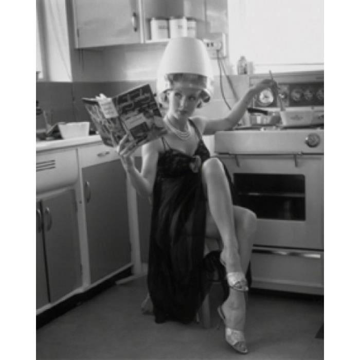 Lifestyle poster reproduction femme moderne a la cuisine for Poster cuisine moderne