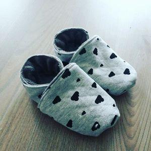 COFFRET CADEAU TEXTILE chaussons bébé ou enfant gris motif nuages noir ta