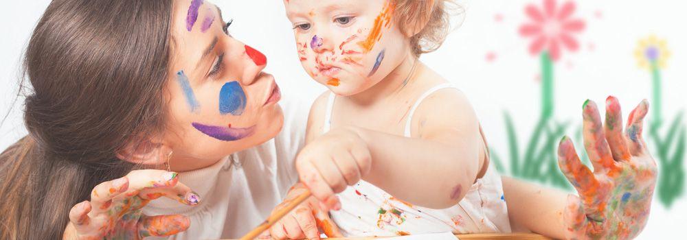 bébé et maman couverts de peinture