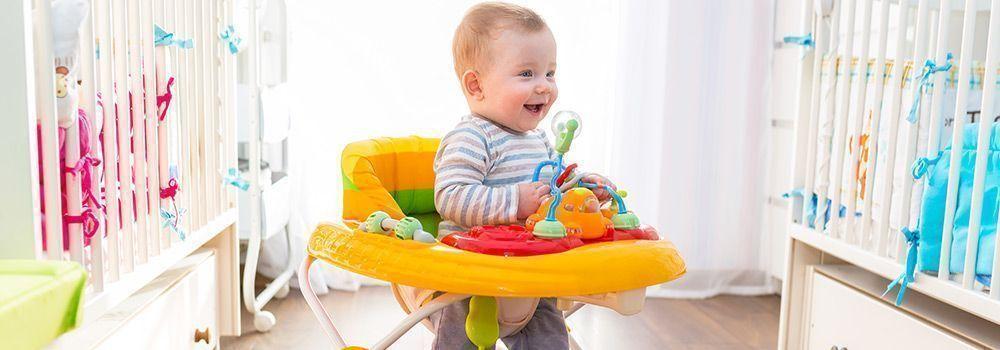 Un bébé dans son trotteur