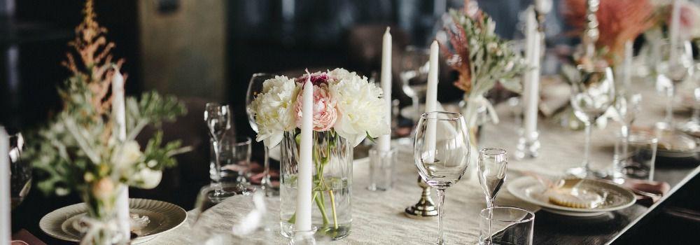 table avec nappe blanche, serviette blanche, assiettes blanches