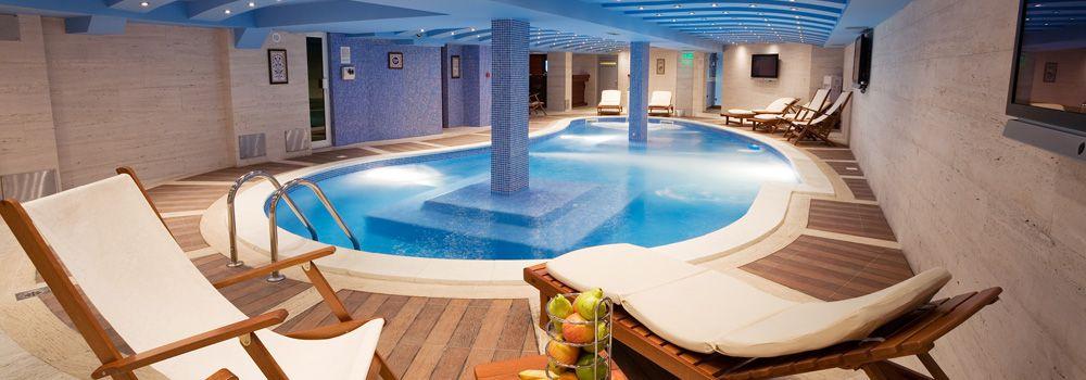 piscine intérieure, chaises longues