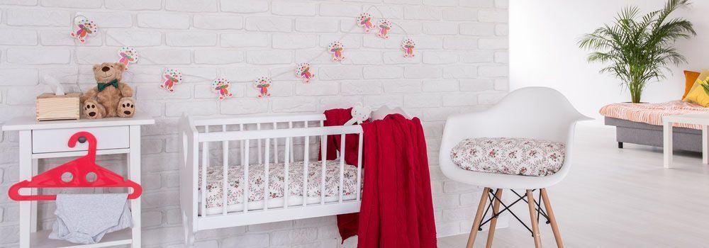Attrayant Chambre Avec Berceu Blanc Et Couverture Rouge