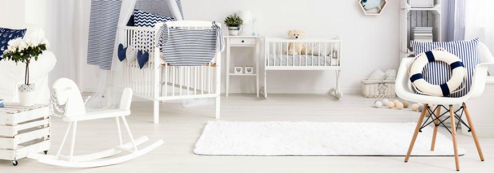 berceau, chaise, coussins, cheval à bascule, tapis blanc