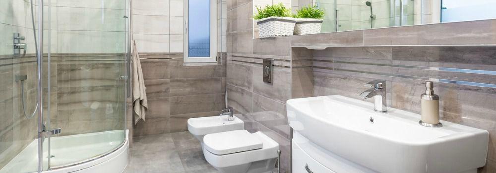 salle de bain avec carrelage de couleur vive