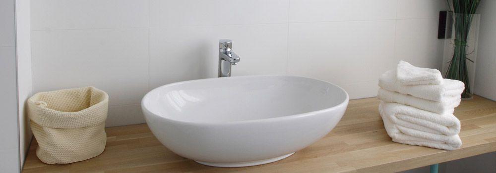 vasque pour salle de bain Vasque à poser blanche sur plan en bois