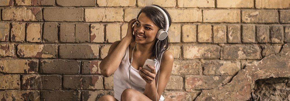 Une femme écoute de la musique avec son casque audio
