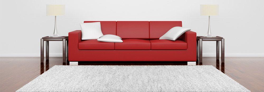salon avec mobilier noir et rouge et tapis rond