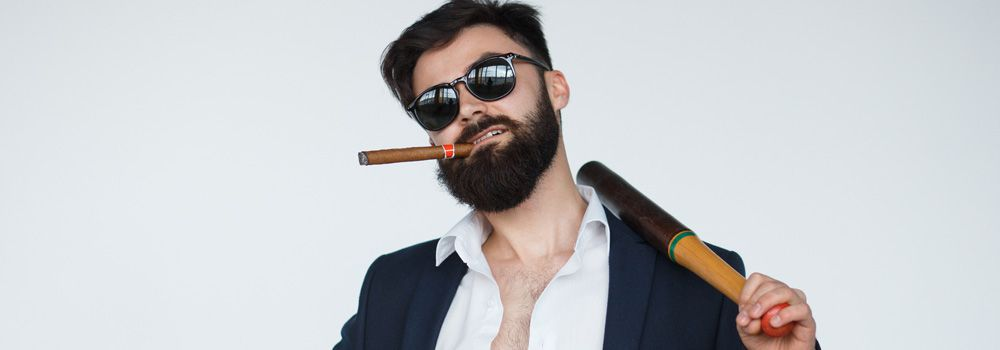 homme : gros cigare, barbe, lunettes noires