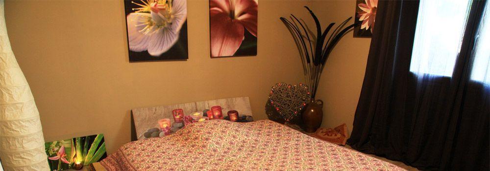 chambre beige avec matelas au sol