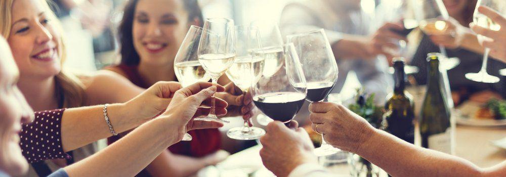 Amis dégustant du vin