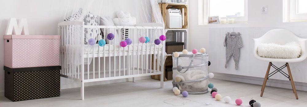 chambre bébé blanche avec chaise blanche