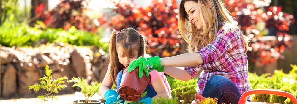 mère et fille dans le jardin