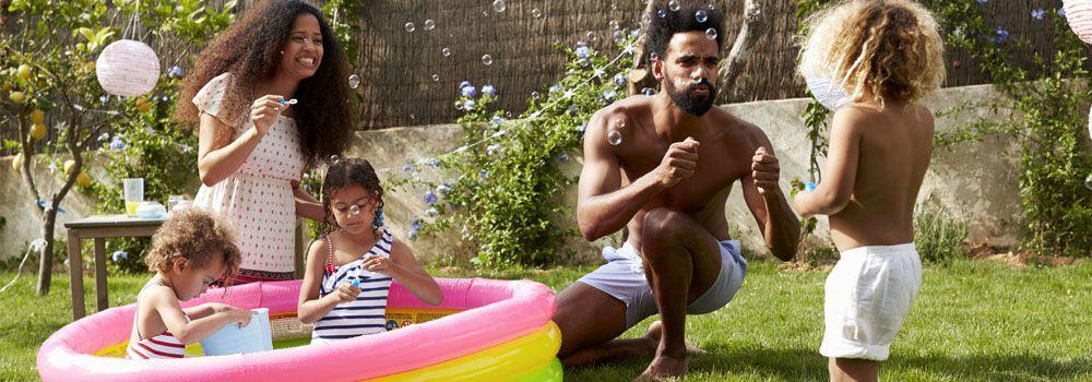 famille-et-piscine-gonflable-dans-jardin