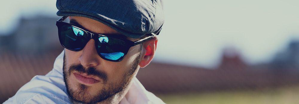 homme avec des lunettes de soleil