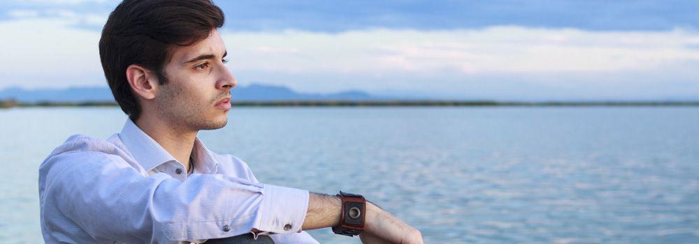 jeune homme en chemise, au bord de l'eau