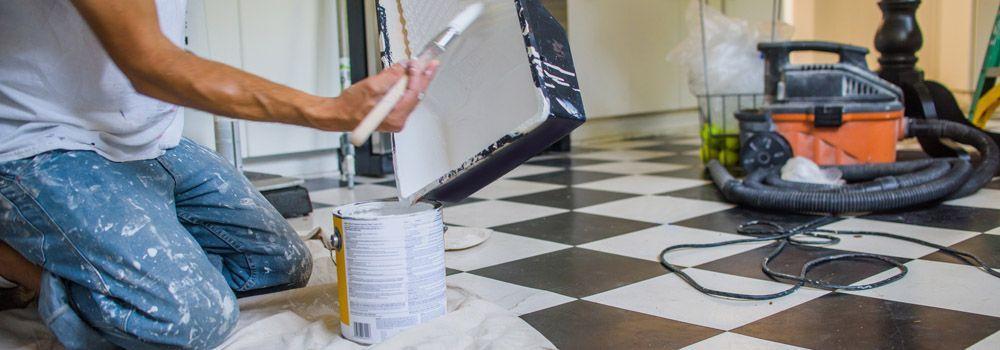 Homme Préparant Peinture Carrelage