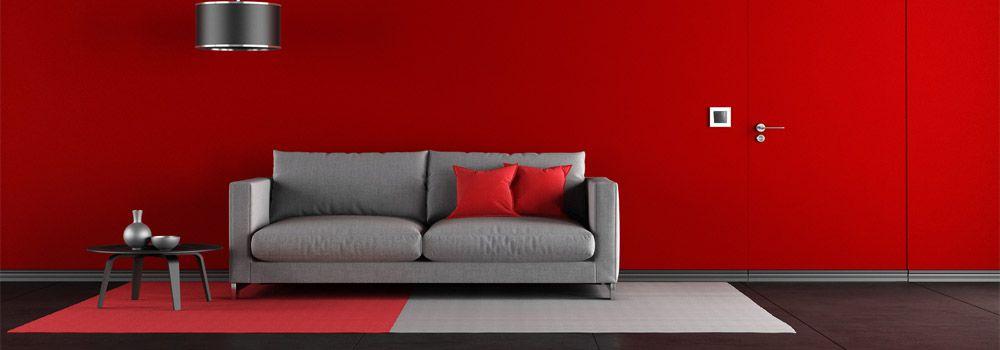 tapis rouge et gris sous un canapé gris