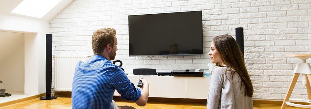 Un couple regarde la télévision