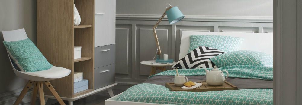 chambre avec drap et oreillers bleus