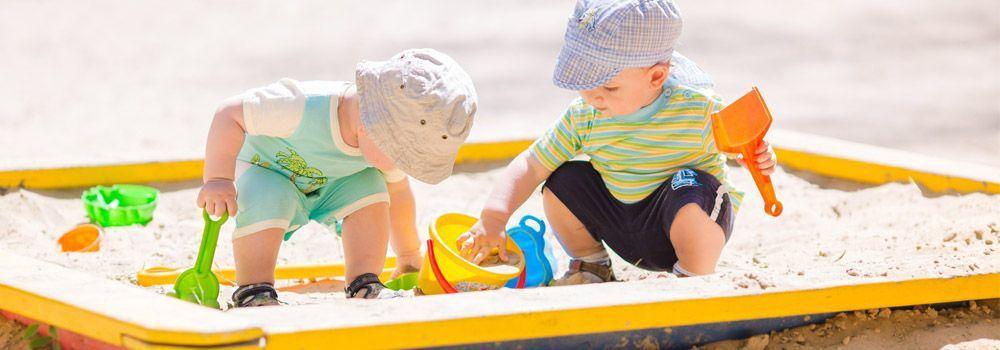 Deux enfants dans bac à sable