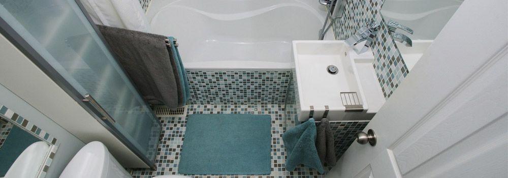 salle de bain avec carrelage multicolore