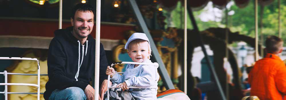 papa et bébé s'amusent dans un parc