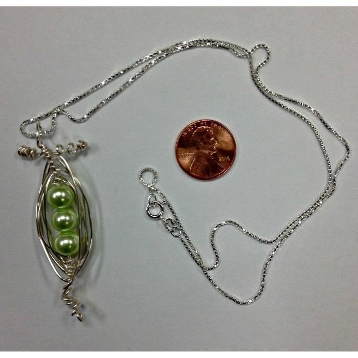 Les pois de la femme dans une cosse Collier fil enroulé main avec 3 perles de verre menthe « pois », vient sur un 20 pouces IO5ER