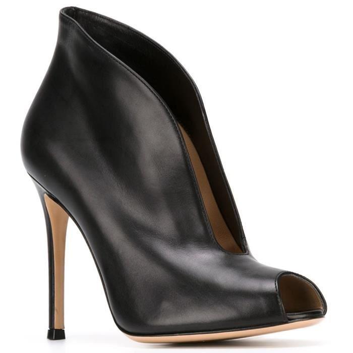 Nancy Jayjii: Nouveau modèle, bottines hautes noires avec bouts ouverts.