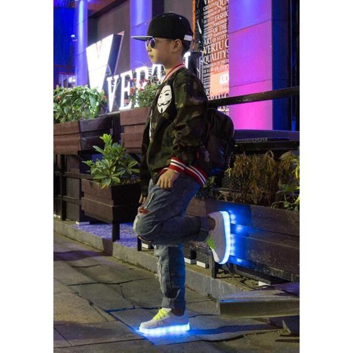 L'enfant sept colorent des chaussures d'illumin...