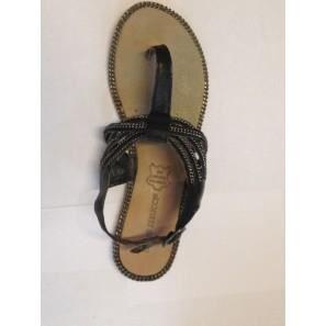 Sandales avec talon plat, bout rond avec fermeture bride à l'arrière. Lanière perlée.