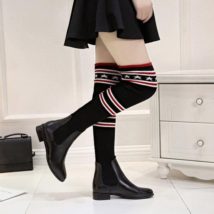 Les femmes de mode étirent les bottes minces hautes au-dessus des bottes de genou chaussures plates de talon