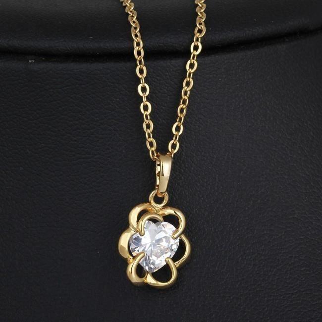 Collier fleur et zirconium en forme de coeur plaqué or
