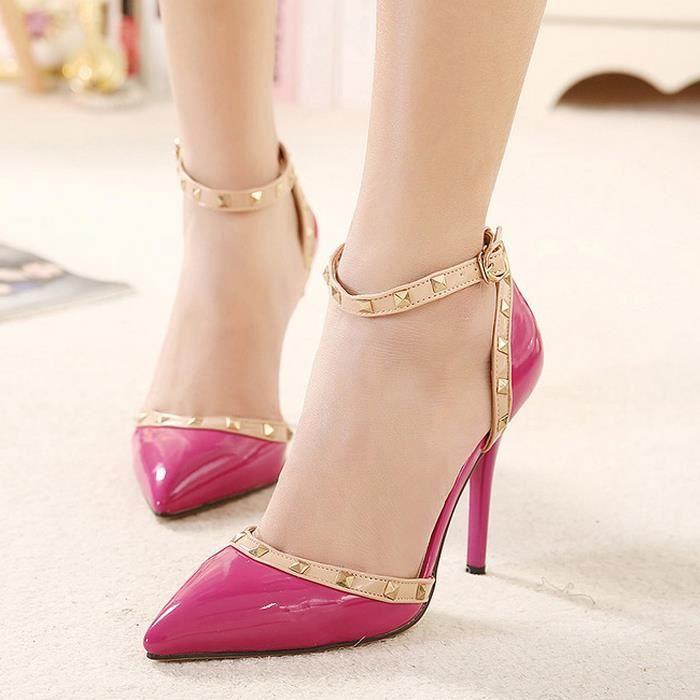 Anneau de pied rivet creux sandales de couleur sort avec des talons hauts.