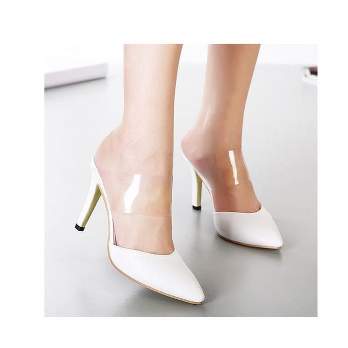 Transparent sandales à talons hauts avec des sandales fines.