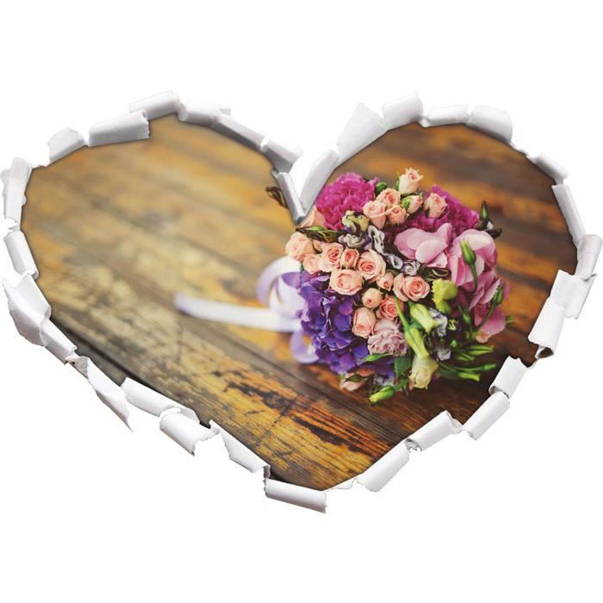 bouquet sur l'ancienne forme de coeur de la table en bois dans le