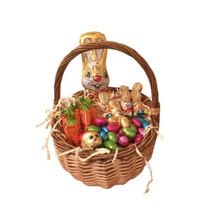 easter egg hunt dans un panier en osier avec lapin en chocolat et