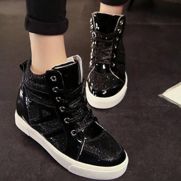 Dans les chaussures plus élevé des femmes est élevé chaussures de sport.
