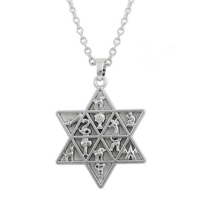 Pendentif Allah en plaqué or 18 carats. Largeur : 20 mm. Hauteur : 45 mm. Le pendentif est vendu avec sa chaine en plaqué or 18