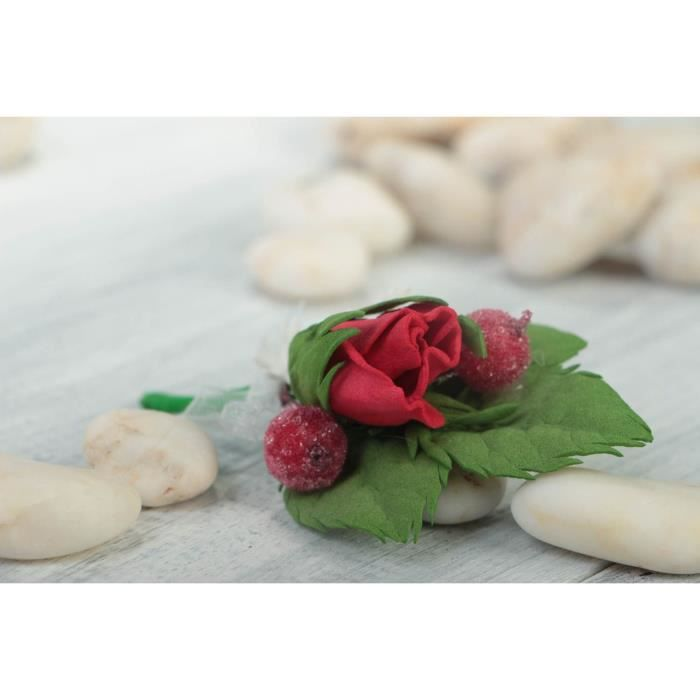 Boutonniere Rose Rouge Avec Petites Fleurs Blanches Et Baies Faite