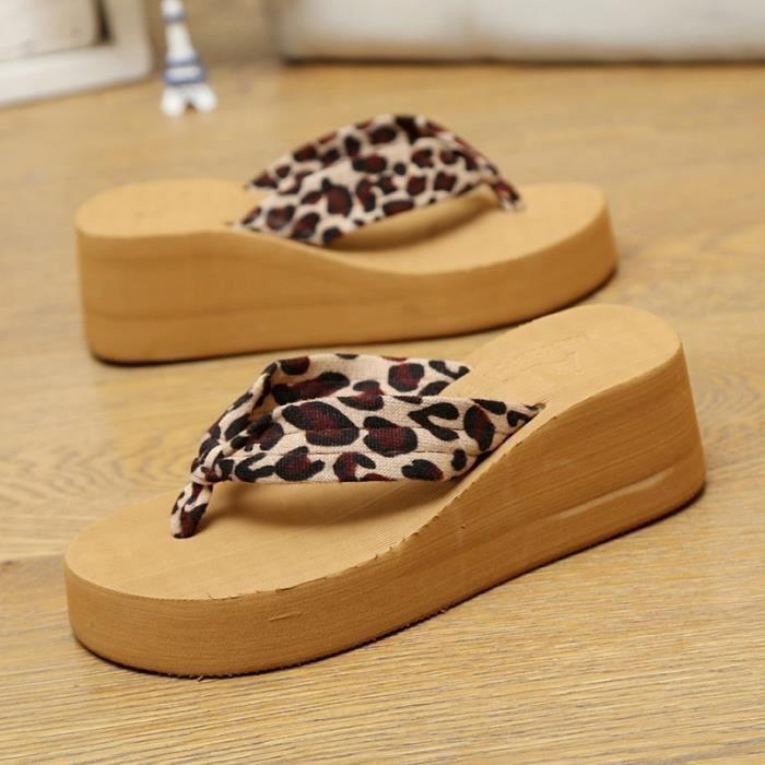 Les femmes piste de léopard avec des sandales sillper