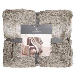 couverture imitation fourrure good plaid fausse fourrure. Black Bedroom Furniture Sets. Home Design Ideas