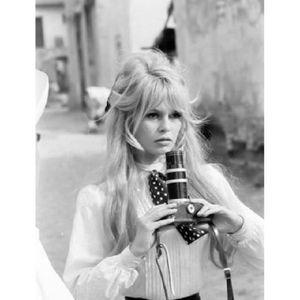 BON MARDI  Photo-noir-et-blanc-brigitte-bardot-appareil-photo