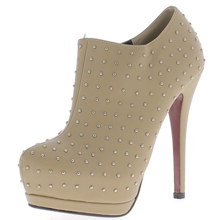 Low boots beiges nude à talon aiguille de 13,5cm et plateforme cloutés